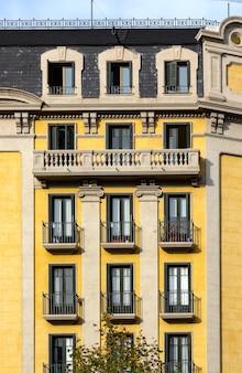 스페인 바르셀로나의 발코니가 있는 전형적인 건물 외관