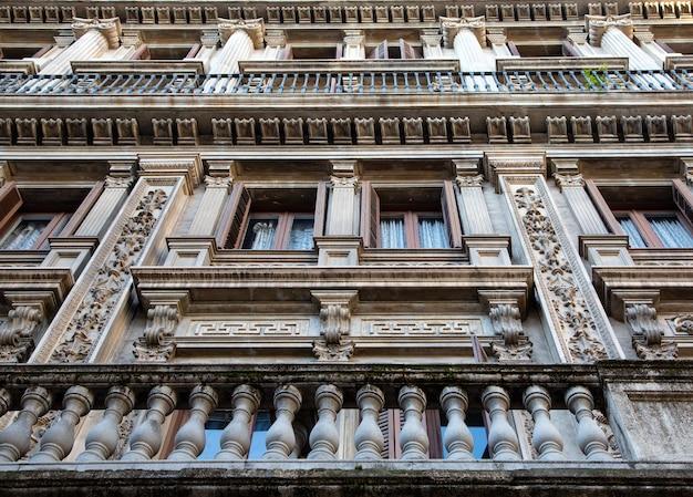 스페인 tbarcelona의 발코니가 있는 전형적인 건물 외관