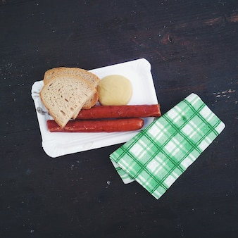 Tipiche salsicce ceche con fetta di pane e senape