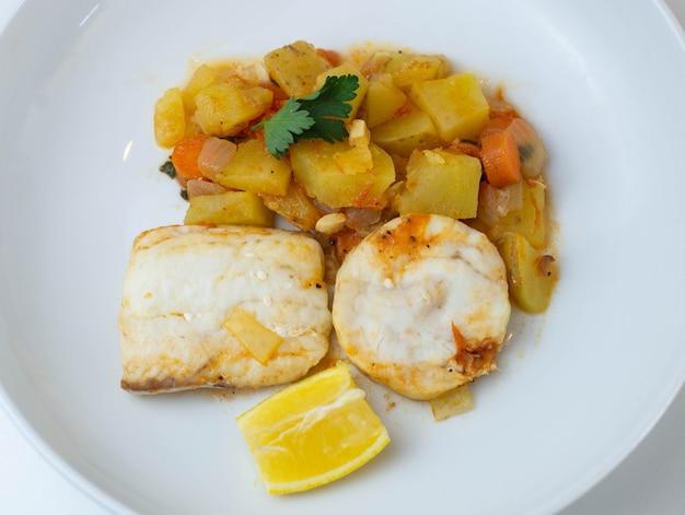 Типичное блюдо испании - рагу из хека с картофелем и морковью
