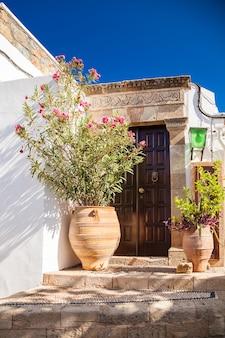 ギリシャ、ロードス島、リンドスの住宅への典型的な入り口