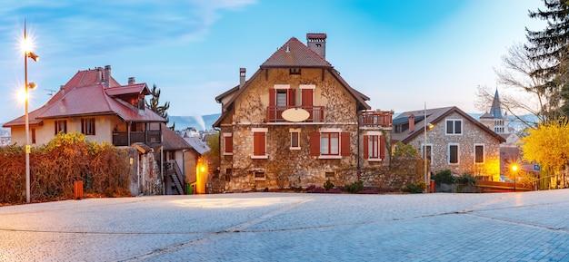 프랑스 아침 블루 아워 동안 안시의 구시가지에 있는 전형적인 프랑스 주택