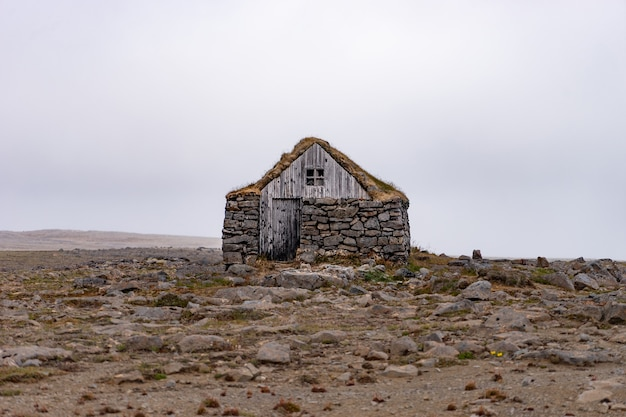 Типичные исландские дома из камня и покрытые травой.