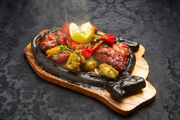 Типичная индийская еда, жареная смесь.