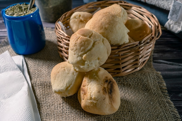 카사바 빵과 칩이라고 불리는 수제 치즈를 곁들인 남미산 ilex sp의 전형적인 주입