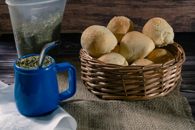 남미산 ilex sp에 카사바 빵과 치파라고 불리는 수제 치즈를 전형적인 주입