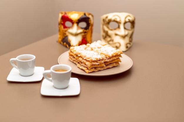 典型的なイタリアのカーニバルフリッター(chiacchiere di carnevale)に粉末をまぶしたもの。自家製の伝統的なイタリアのカーニバルのお菓子。選択的な焦点、ボケ。