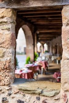 食事をする準備ができている典型的なイタリアンレストランのテラス