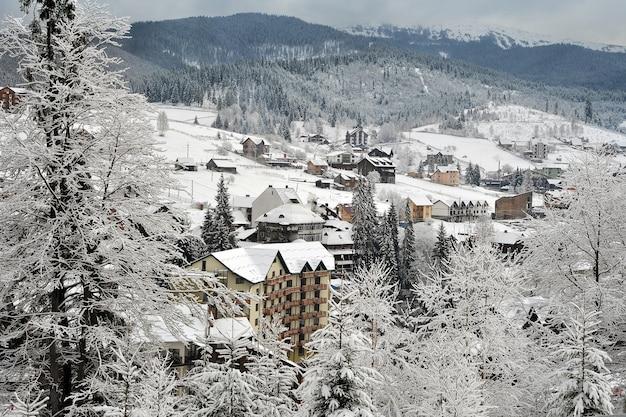 겨울에 사유지가있는 우크라이나 카르 파티 아의 전형적인 풍경.