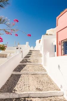 Cyclades에 그리스에서 산토리니에서 전형적인 작은 거리