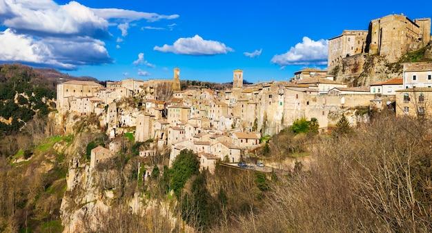 Типичная средневековая деревня сорано, тоскана, италия