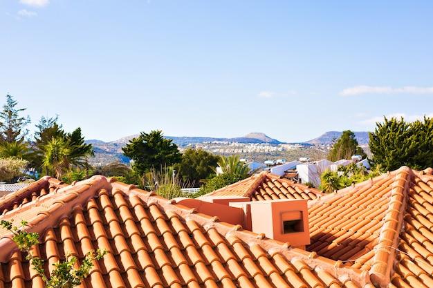 남부 포르투갈어 해안선 집에서 전형적인 지중해 지붕입니다.