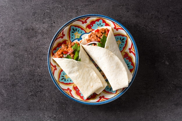 典型的なメキシコのブリトーラップ、牛肉、フリジョーレ、野菜、ブラック