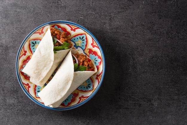 典型的なメキシコのブリトーラップ、牛肉、フリジョレ、野菜の黒