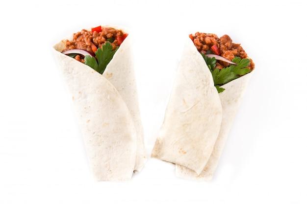 典型的なメキシコのブリトーラップビーフ、フリョール、野菜の分離、トップビュー