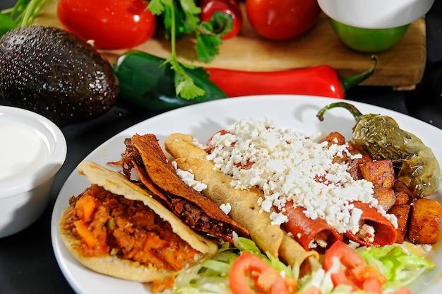 샐러드와 칠리 페퍼를 곁들인 전형적인 멕시코 음식