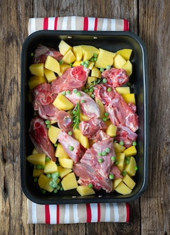 典型的なナポリのイースター料理-ジャガイモとエンドウ豆を焼くラム肉