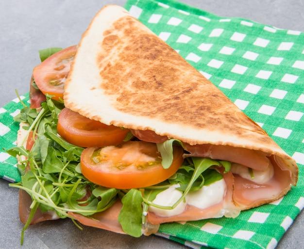 햄, 치즈, 로켓을 곁들인 전형적인 피아 디나 로마 그 놀라