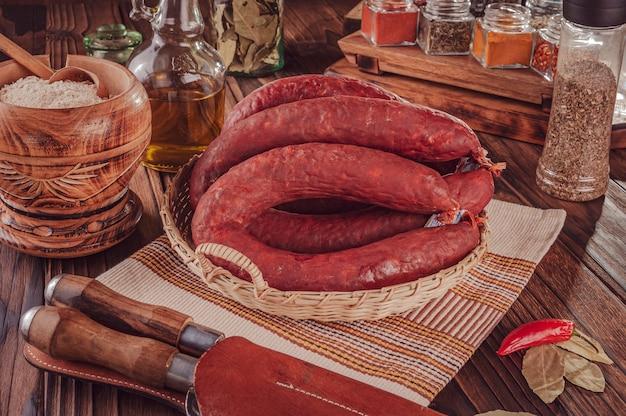 Типичная свиная копченая колбаса