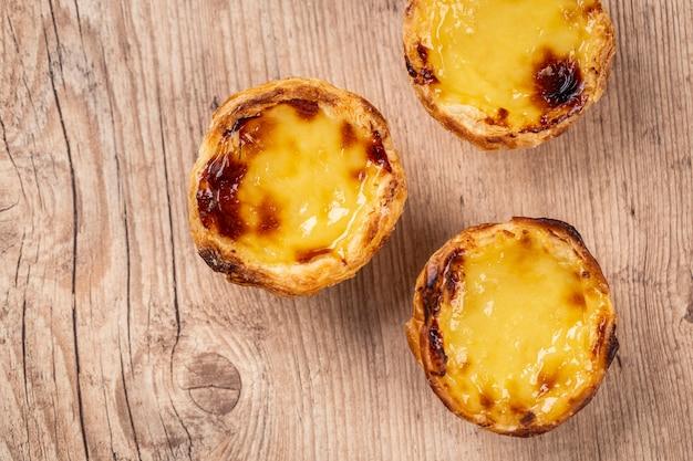 전형적인 포르투갈 커스터드 파이. 전통적인 포르투갈 생과자. 나무 테이블에.