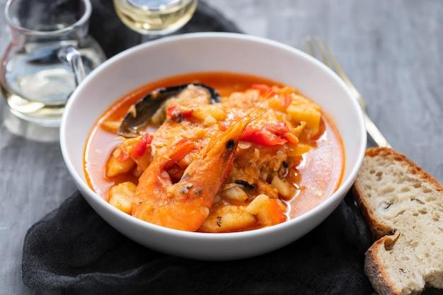 セラミック表面の皿に典型的なポルトガルの魚とシーフードのシチューカルデイラーダ