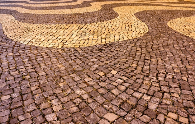 リスボンの典型的なポルトガルの床舗装-