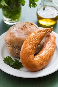 典型的なポルトガルのソーセージファリンヘイラとセラミックの白いプレートにパン