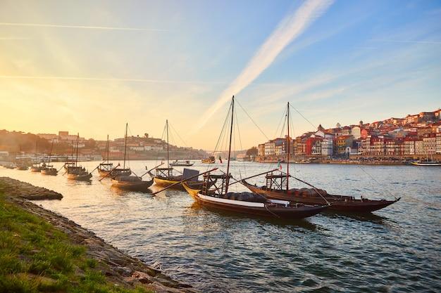 典型的なポルトガルの木造船、「バルコスラベロス」と呼ばれ、ドウロ川沿いのワイン樽を運んで、ポルト、ポルトガルのヴィラノヴァデガイアを望む