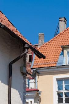 에스토니아 탈린의 전형적인 지붕과 오래된 건물.