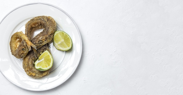레몬과 함께 튀긴 생선의 전형적인 스페인 튀김