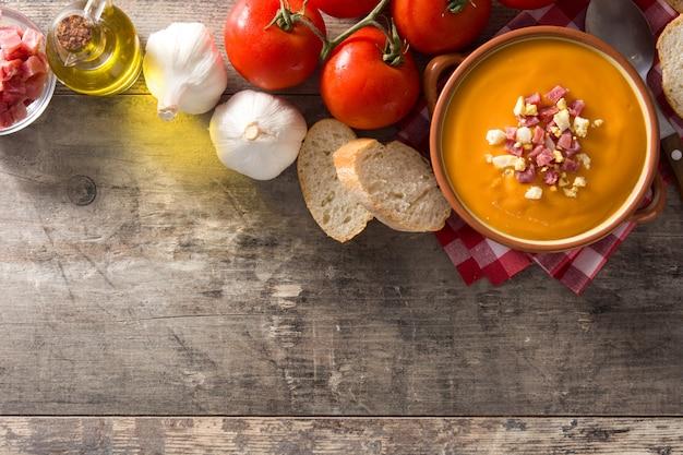 ハムと卵の木製のテーブル、上面図、コピースペースの典型的なスペインのサルモレホクリーム