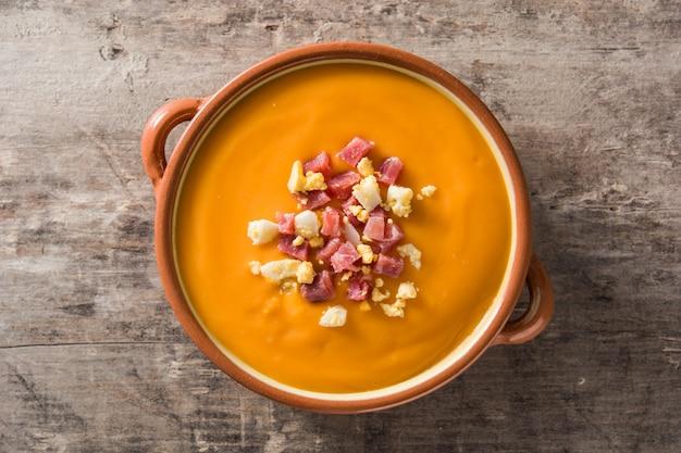 ハムと卵の木製のテーブル、トップビューで典型的なスペインのサルモレホクリーム