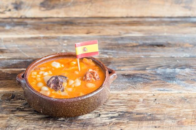 典型的なスペインのスープ(ポタヘ、コシド)