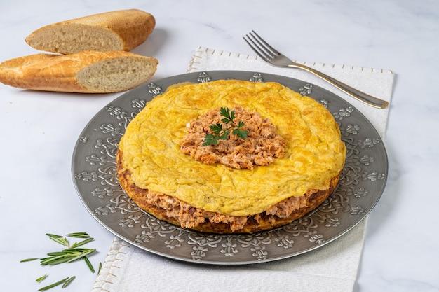 대리석 테이블에 참치를 곁들인 전형적인 스페인 토르티야