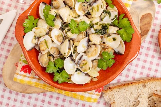 にんにく、オリーブオイル、パセリを添えたアサリの典型的なスターターポルトガル料理。