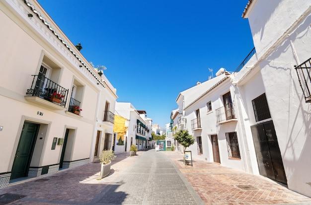 Типичная улица с белыми домами в туристической деревне нерха, малага, испания.