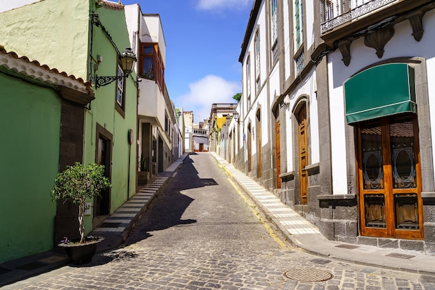 Типичные улочки небольшого канарского городка с белыми домами и яркими красками. арукас гран-канария. испания.