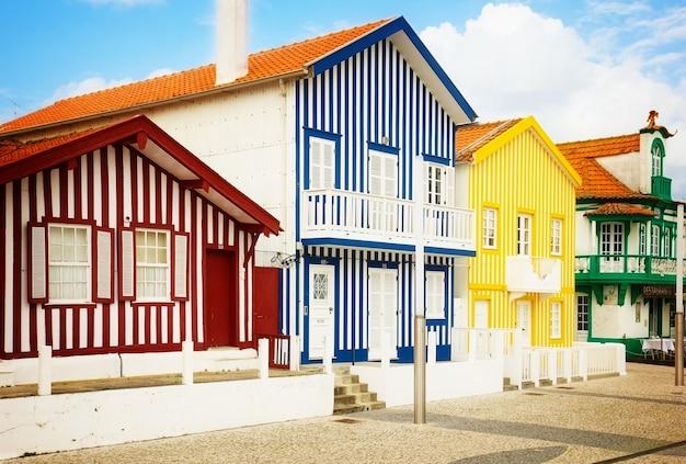 典型的な縞模様の色とりどりの家コスタノヴァ、アヴェイロ、ポルトガル、レトロなトーン