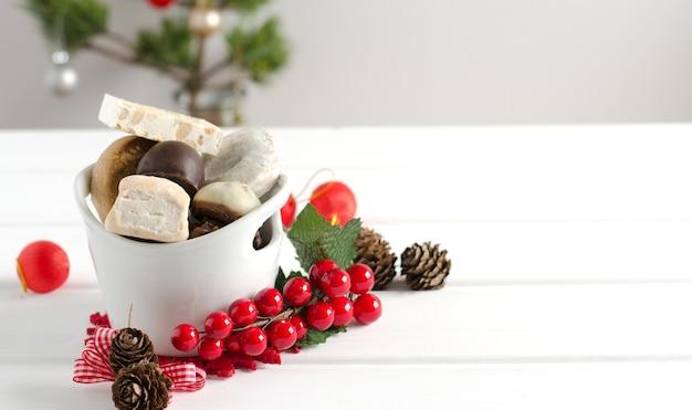 Типичные сладости с новогодним декором
