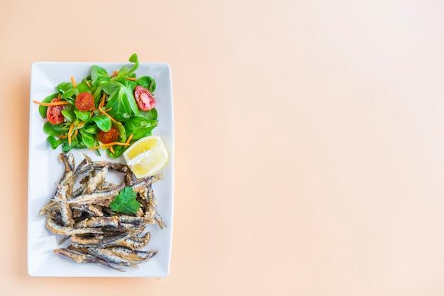 スペインの典型的な魚のタパ(ペスカイトフリット)