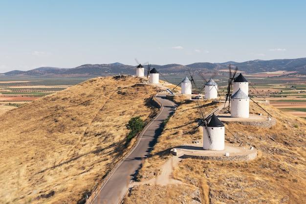 ラマンチャの典型的な風車。スペイン、コンスエグラ。