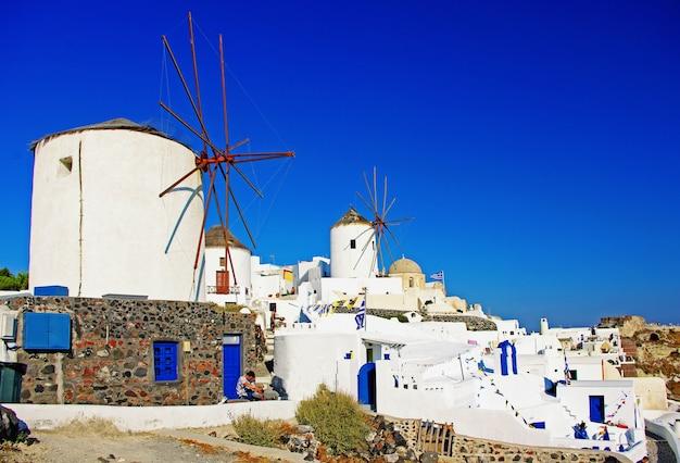 Типичные ветряные мельницы греции. остров санторини