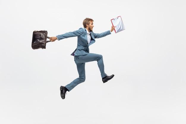 타자. 실행, 전문 운동 선수, 스포츠맨 같은 공백에 조깅 사무실 옷에서 남자. 모션, 공 행동에 사업가에 대 한 특이 한 모습. 스포츠, 건강한 라이프 스타일, 창의성.