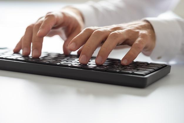 黒のコンピューターのキーボードで入力する