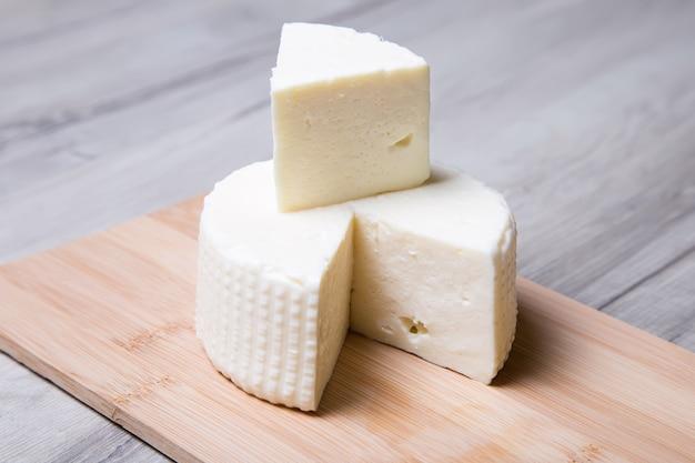 Сыр цфат на деревянной доске