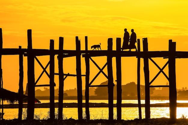 Мост у бейн, мьянма. мост у бейн - самый длинный мост из тикового дерева в мире.