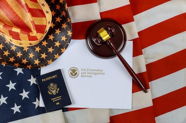 미국 추방 이민 정의 및 법률 개념 미국 국기 공식 부서 Uscis 국토 안보부 미국 시민권 및 이민 서비스 프리미엄 사진