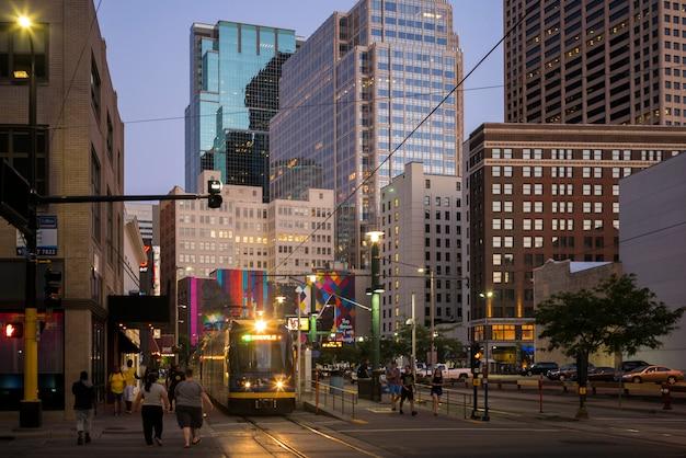 ダウンタウン、ミネアポリス、ヘネピン郡、ミネソタ、uの近代的なオフィスビルの間の通りにトラム