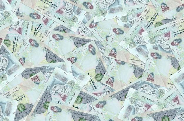 Uae 디르함 지폐는 큰 더미에 놓여 있습니다