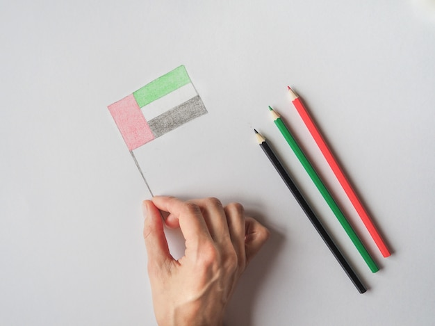 Uaeナショナルデーのお祝いの装飾品。国の旗を着色する色鉛筆。アラブ首長国連邦の国旗が付いたクリエイティブなコンセプト写真。